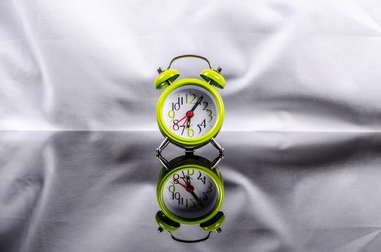 The image shows an alarm clock.
