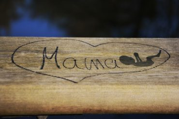 This shows the word mama, a drawing of a baby and a heart