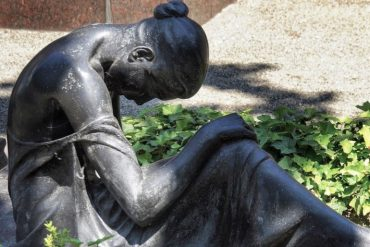 This shows a statue of a crying woman